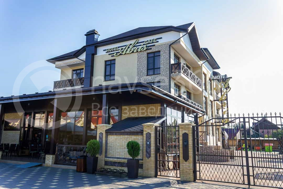 Фасад гостиницы Абрис в Сочи