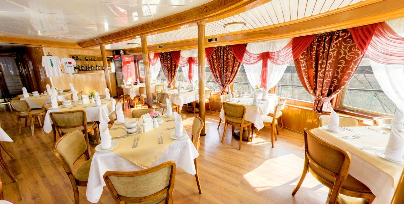 Верхний салон ресторана на теплоходе Иван Кулибин