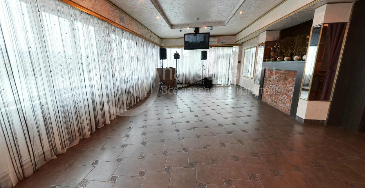 Вход в розовый зал кафе Мираж