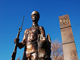 Памятник пограничнику с собакой